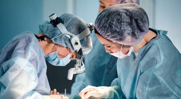 Zarobki medyków bez tajemnic. Ile naprawdę zarabia lekarz, pielęgniarka, diagnosta czy fizjoterapeuta