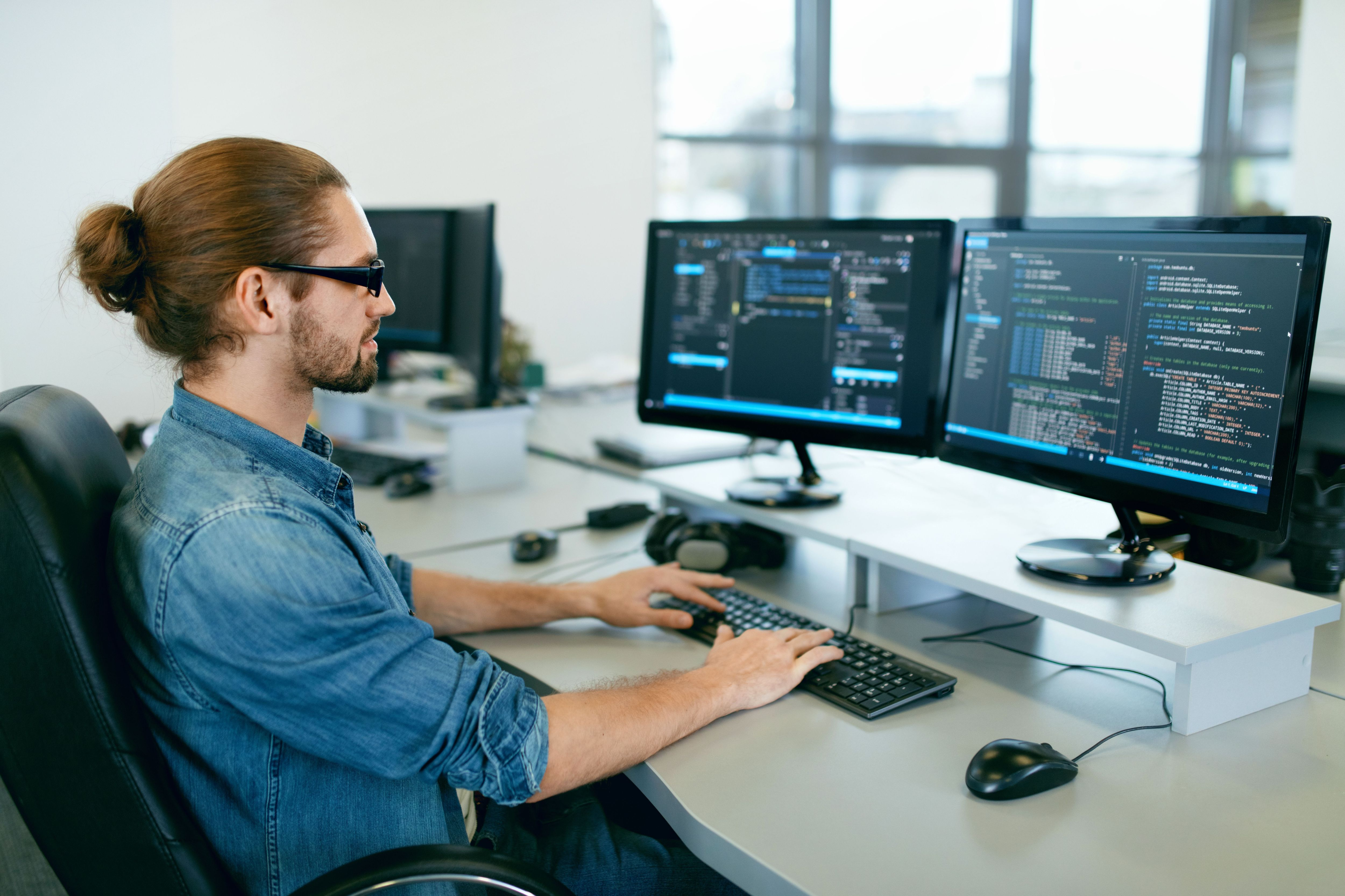 Praca zdalna powoduje, że bariery geograficzne w rekrutacji zanikają, a rekrutacja staje się jeszcze większym wyzwaniem (Fot. Shutterstock)