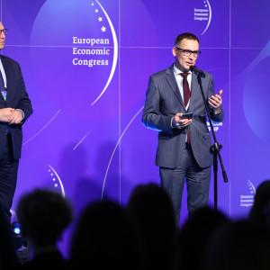 <p>Nagrody wręczyli Wojciech Kuśpik, prezes grupy PTWP, inicjator Europejskiego Kongresu Gospodarczego w Katowicach (po prawej) oraz Mariusz Skiba, wiceprezydent Katowic (po lewej) (fot. PTWP)</p>