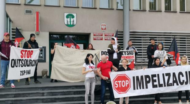 Salowe protestowały w Jaworznie. Domagają się umów o pracę i wypłaty zaległych dodatków