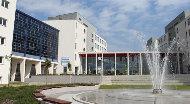 Rektor Uniwersytetu Jana Kochanowskiego zachwala szczepienia