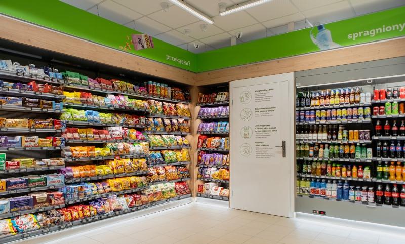 W każdej placówce znaleźć można około 500 różnych produktów, wśród nich słodycze, dania gotowe, przekąski słone i słodkie oraz napoje, także gorącą, świeżo mieloną kawę z ekspresu (Fot. mat. pras.)