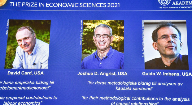 """Ekonomiczny Nobel za """"eksperymenty naturalne"""". Tak można badać rynek pracy"""