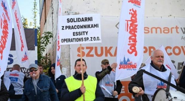 Pikieta przed Essity Operations Poland. Firma odpowiada na zarzuty