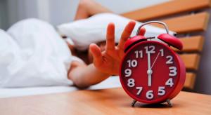 Dodatkowa godzina snu wpływa na efektywność pracy? Ekspert wyjaśnia